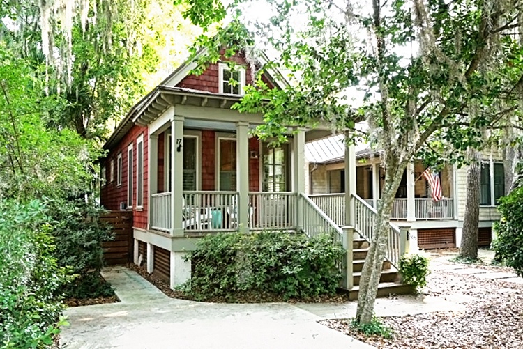 This adorable tiny cottage in quaint and charming Old Town Bluffton SC is the perfect spot for a mother/daughter getaway or for honeymooners! #bluffton #bluffton sc