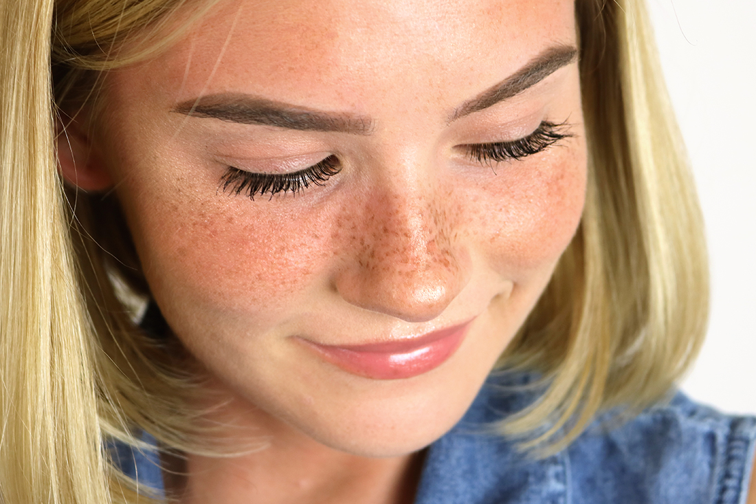 Here's an updated fake freckles makeup tutorial with video included! Learn how to get this sunkissed look in a few easy steps. #fauxfreckles #freckles